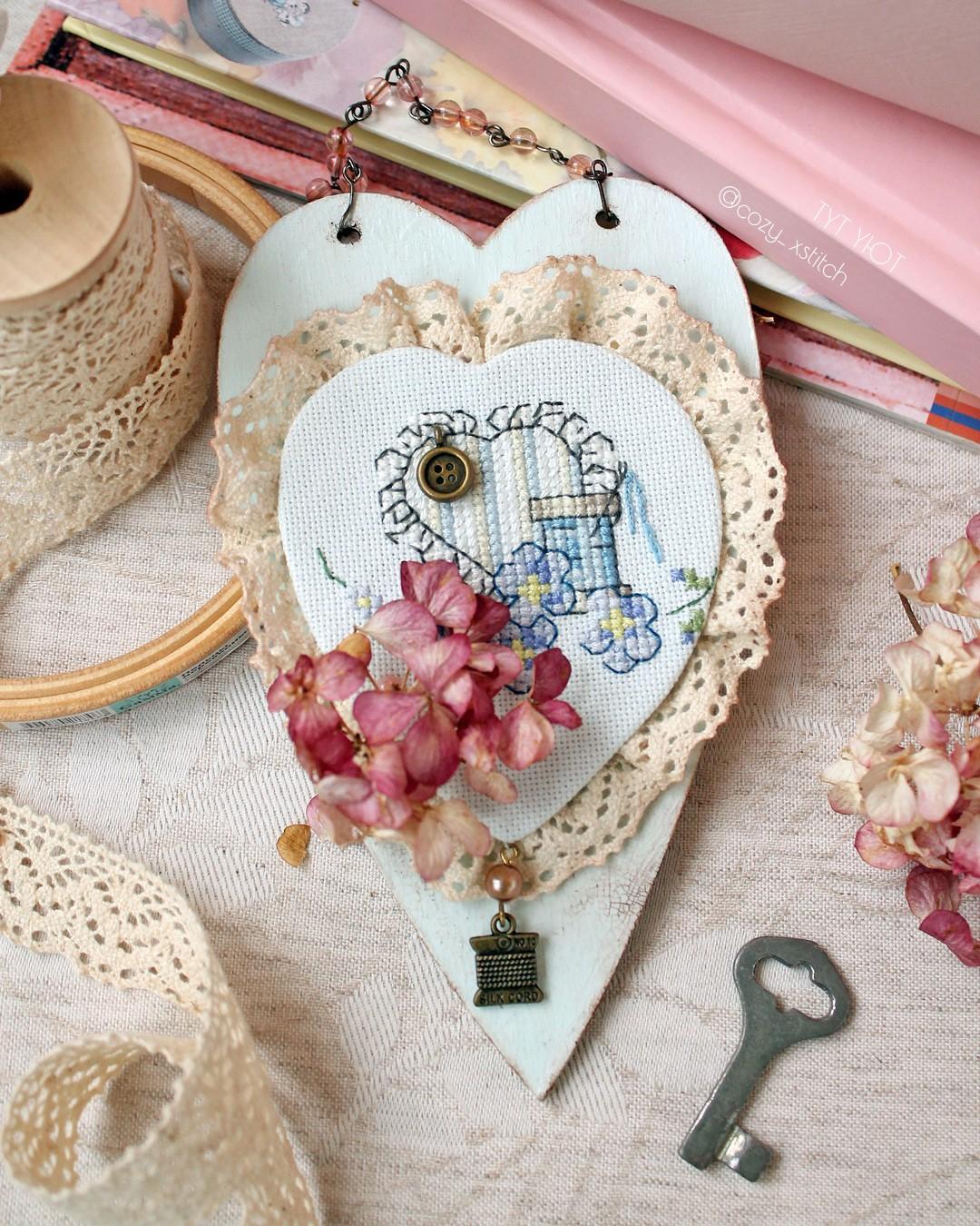 Подвеска сердце с вышивкой
