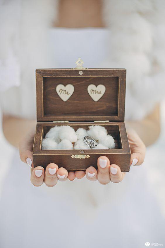 Обручальные кольца в шкатулке с хлопком