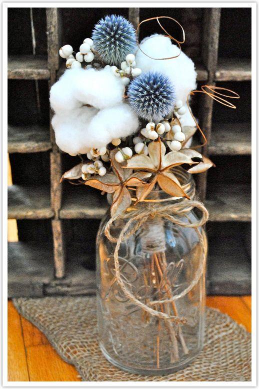 Яркие головки мордовника оживляют цветочную композицию