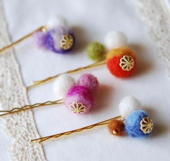 Невидимки украшены разноцветными шариками из шерсти